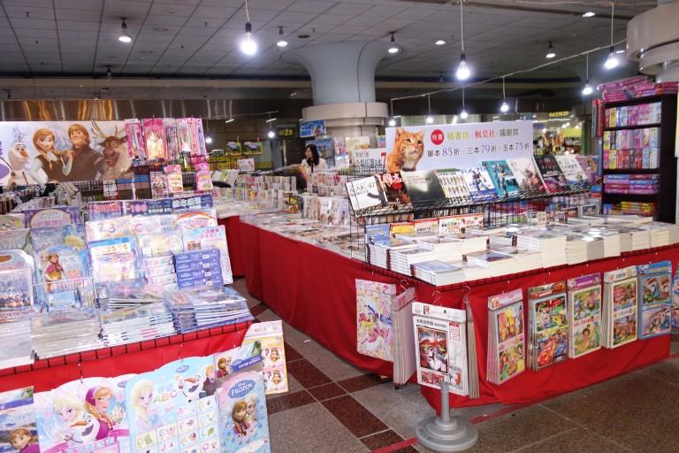 台北站前地下街の本屋さんで料理本を買う