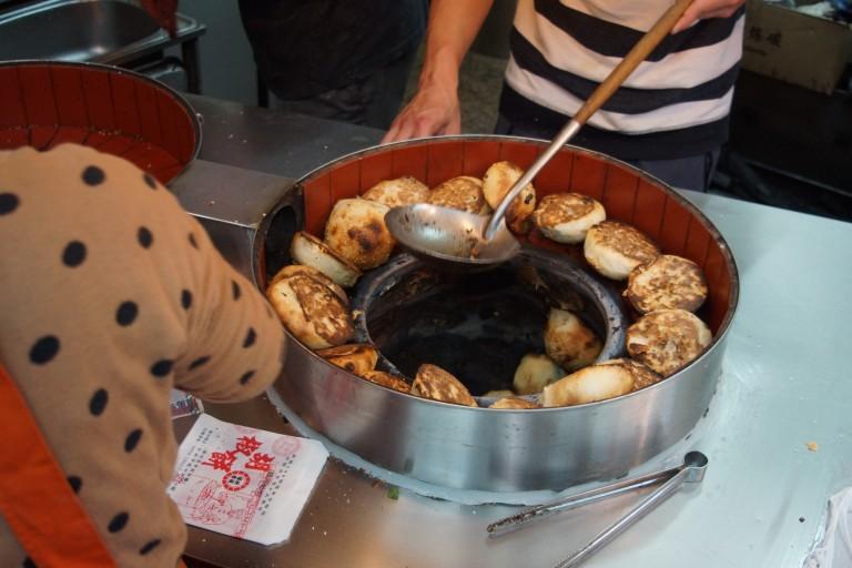 饒河街夜市の有名胡椒餅、台北駅周辺で食べられます